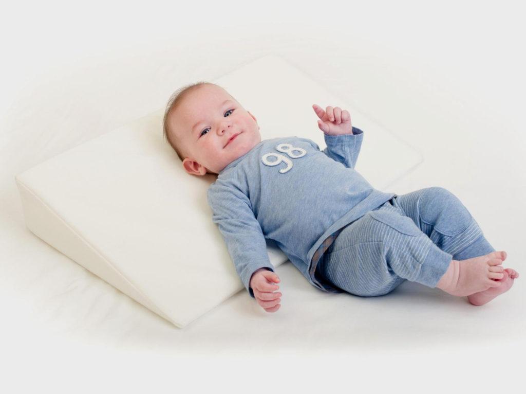 Как правильно должны спать новорожденные в кроватке: в каком положении, можно ли на боку