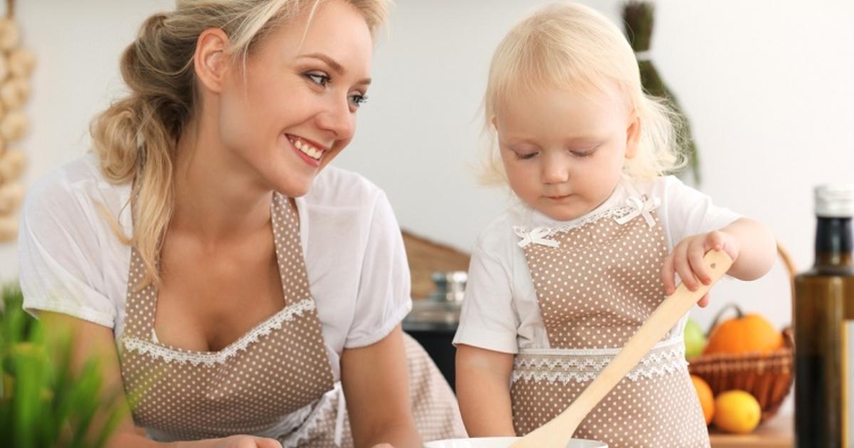 Чем занять ребенка на кухне, пока мама готовит | бебинка | яндекс дзен