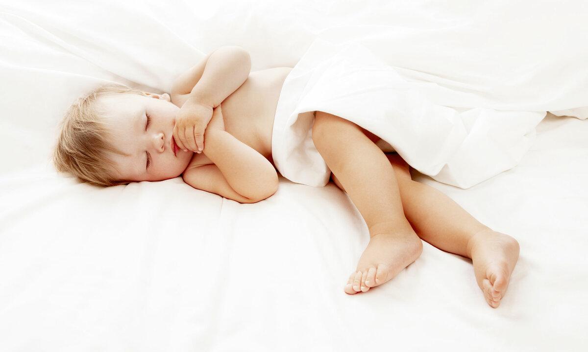 Грудничок спит только на руках: что делать?