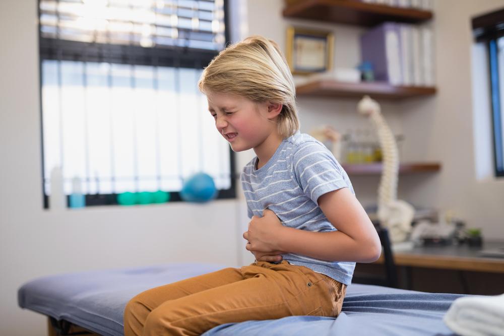 Ребенок периодически жалуется на боль в животе, ребенок жалуется на боль в животе.