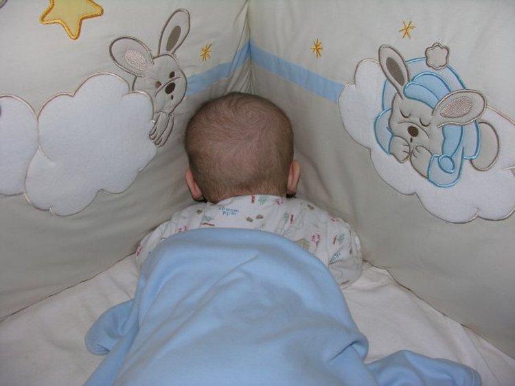 Могут ли новорожденные спать на животе?