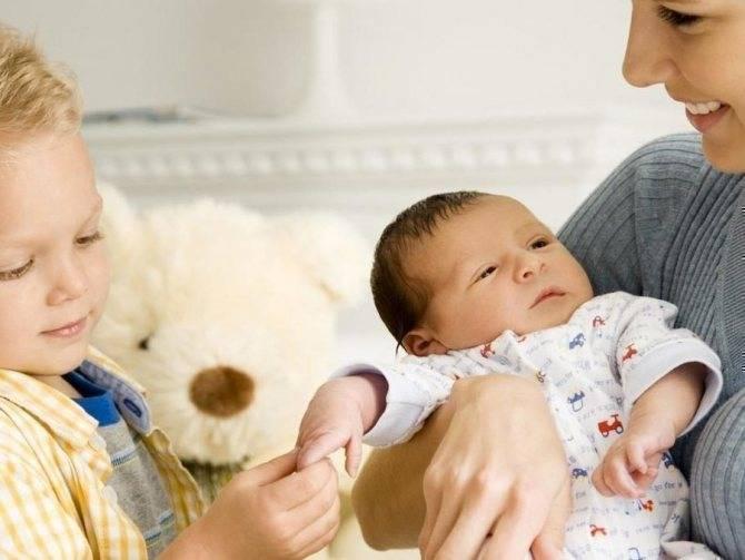 Почему старший ребенок ревнует к младшему? Что делать родителям?