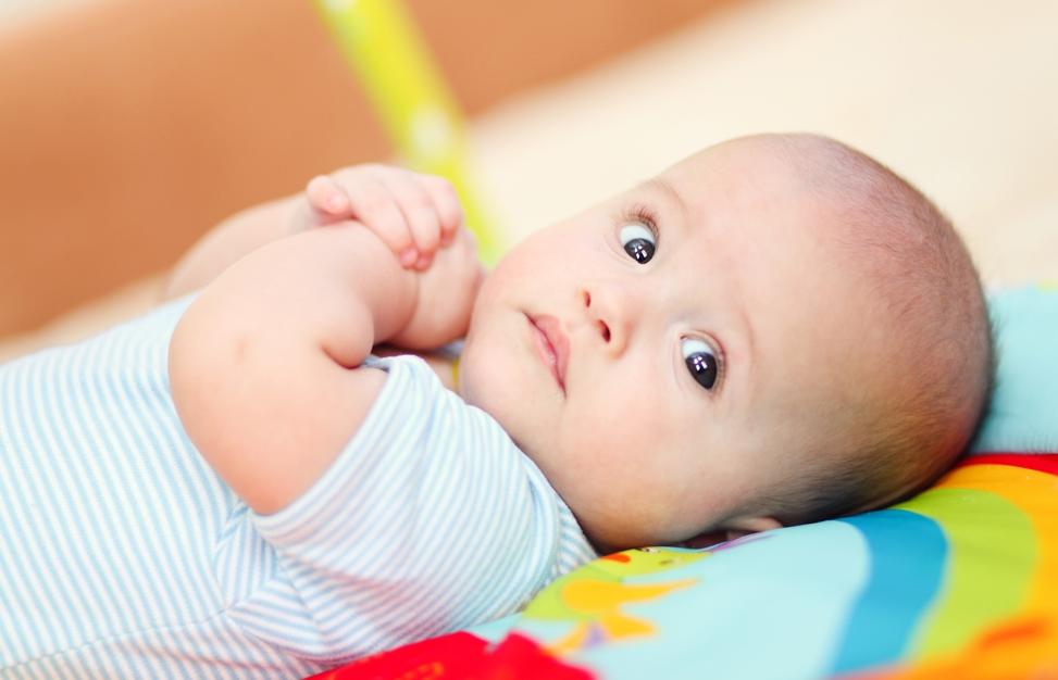 Развитие ребенка по месяцам до 1 года: важные этапы для мальчиков и девочек