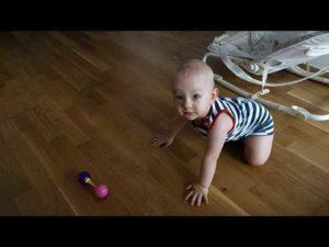 Когда ребенок начинает ползать на четвереньках, во сколько месяцев малыш уже ползает на четвереньках
