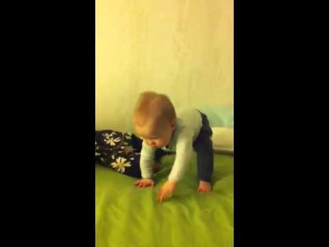 Вертикальное положение: как научить ребенка уверенно стоять без опоры?