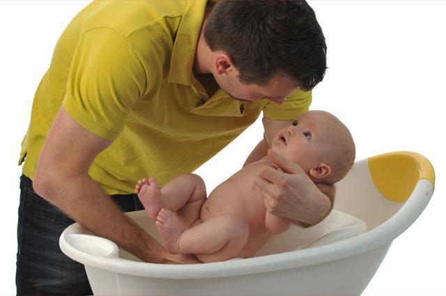 Купание новорожденного первый раз после роддома: инструкция для родителей