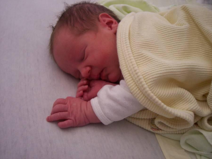 Сколько спит новорожденный: норма сна для грудных детей
