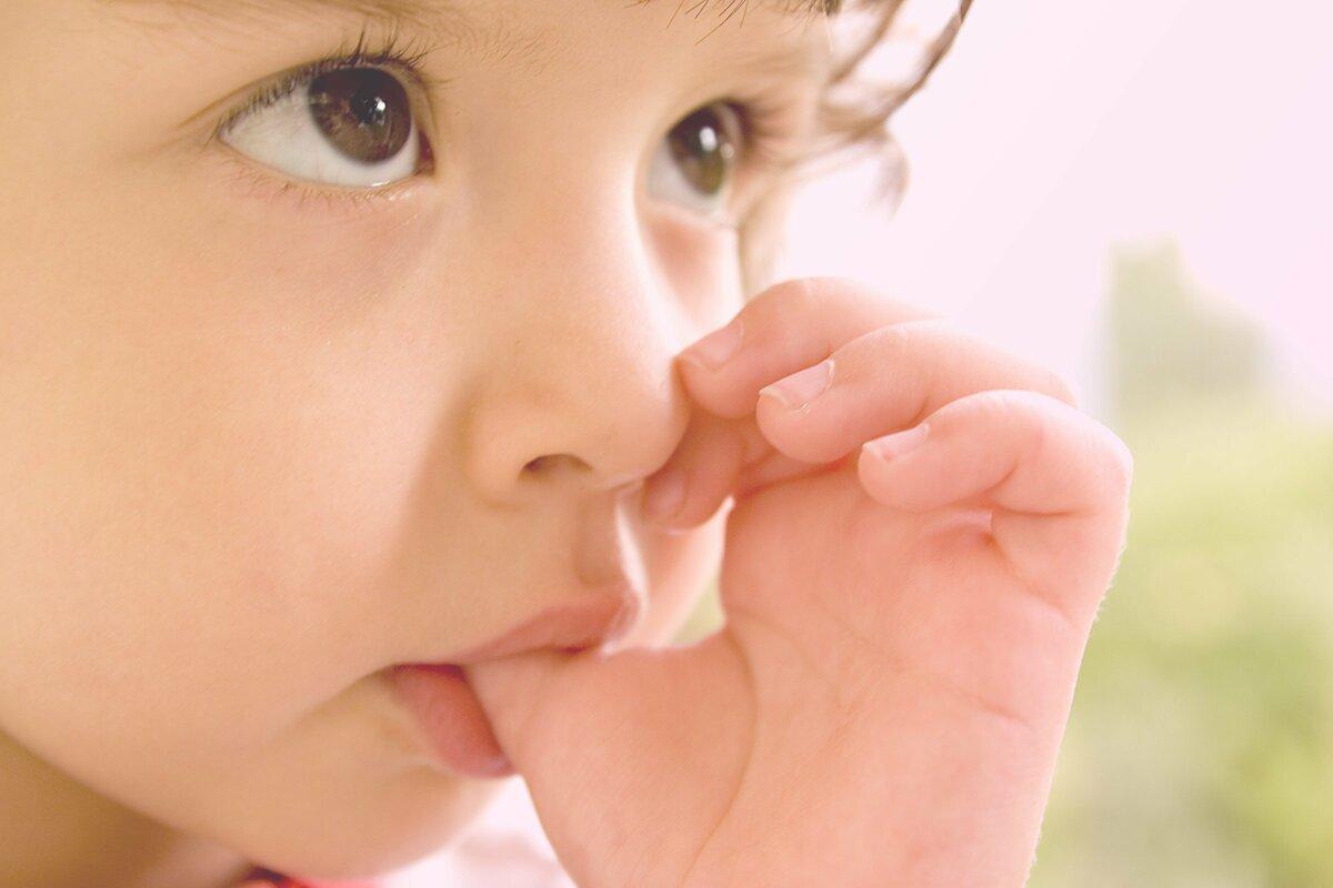 Как отучить ребенка сосать палец: простые рекомендации