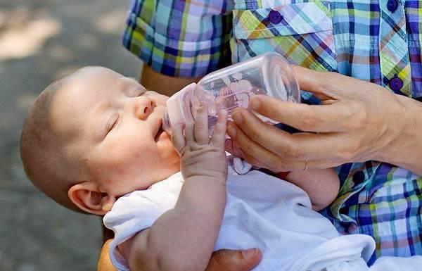 Нужно ли давать воду новорожденным: когда обязательно вводить в рацион