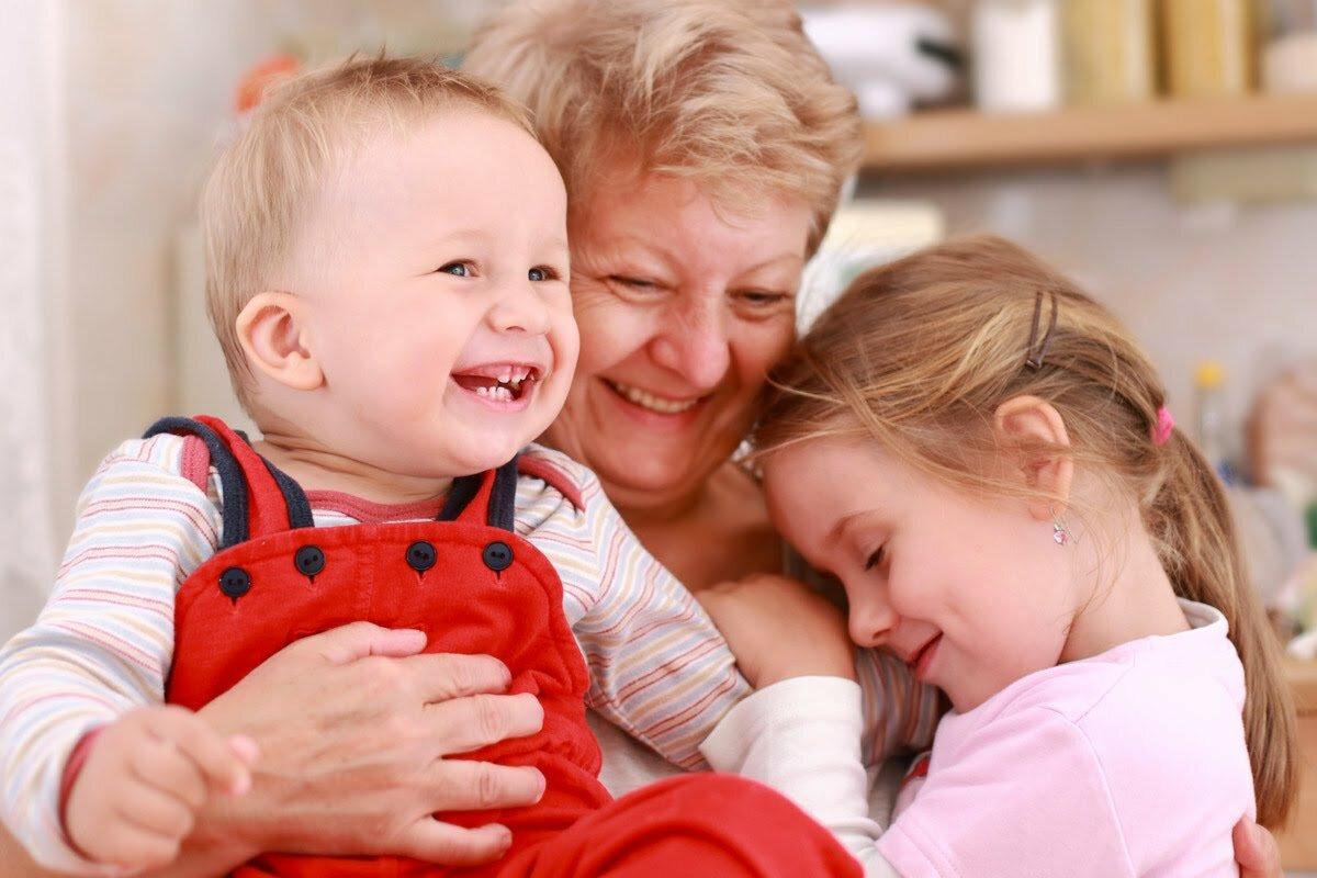 Кому доверить ребенка: бабушке или няне, с кем оставлять детей