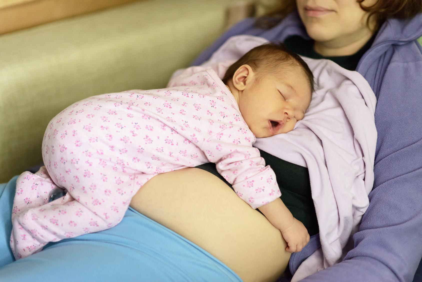 Ребенок постоянно переворачивается на живот во сне и просыпается что делать