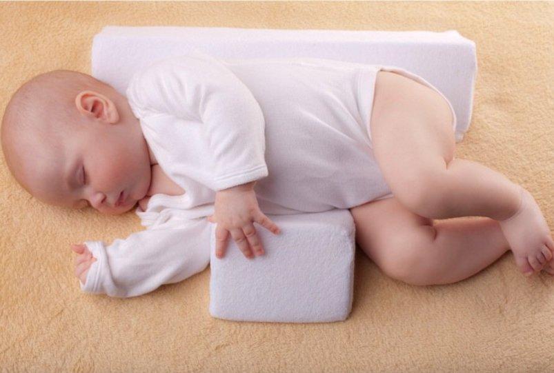 Как должны спать новорожденные: как правильно укладывать грудничка, в какой позе – на спине или на боку? - врач 24/7