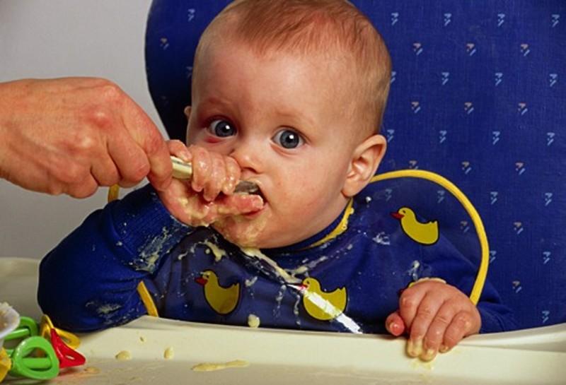 Почему ребёнок в 7 месяцев не ест прикорм?