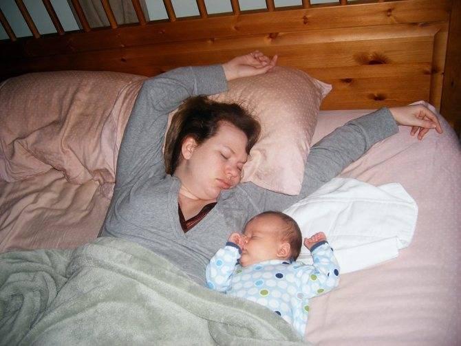 Можно ли грудничку спать на животе у мамы, ночью, после еды, комаровский (видео)