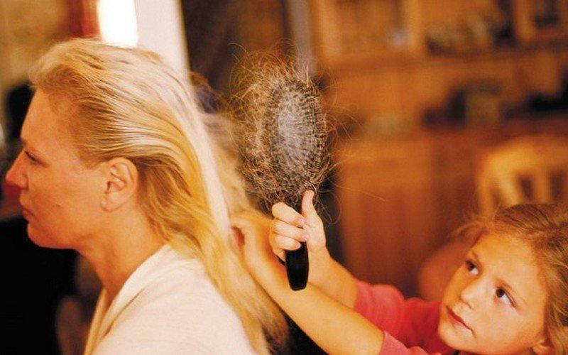 Что делать, если сильно выпадают волосы после родов: причины и лечение