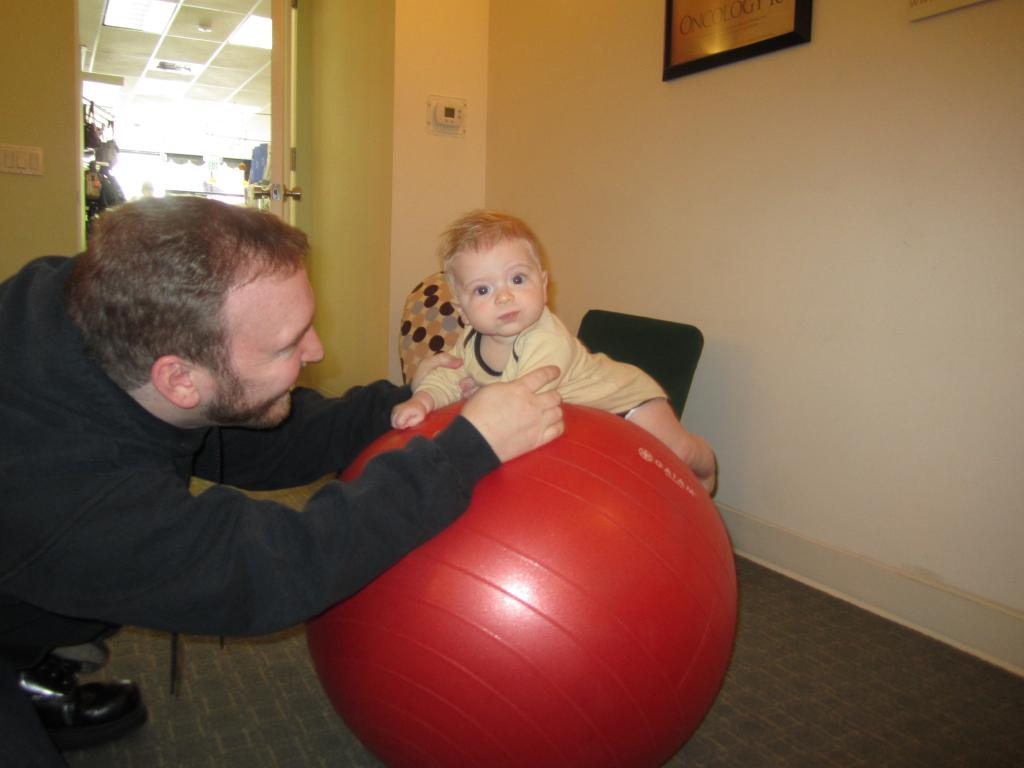 Занятия с ребенком 5 месяцев на фитболе | babytut