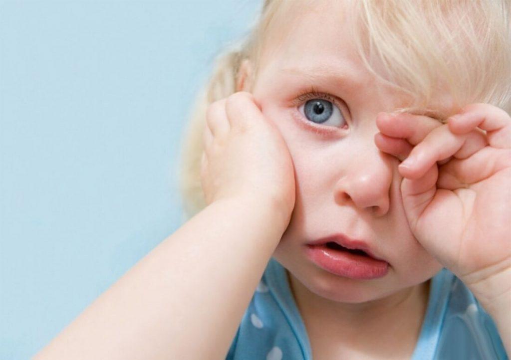 Ребенок чешет уши: возможные причины, различные средства лечения