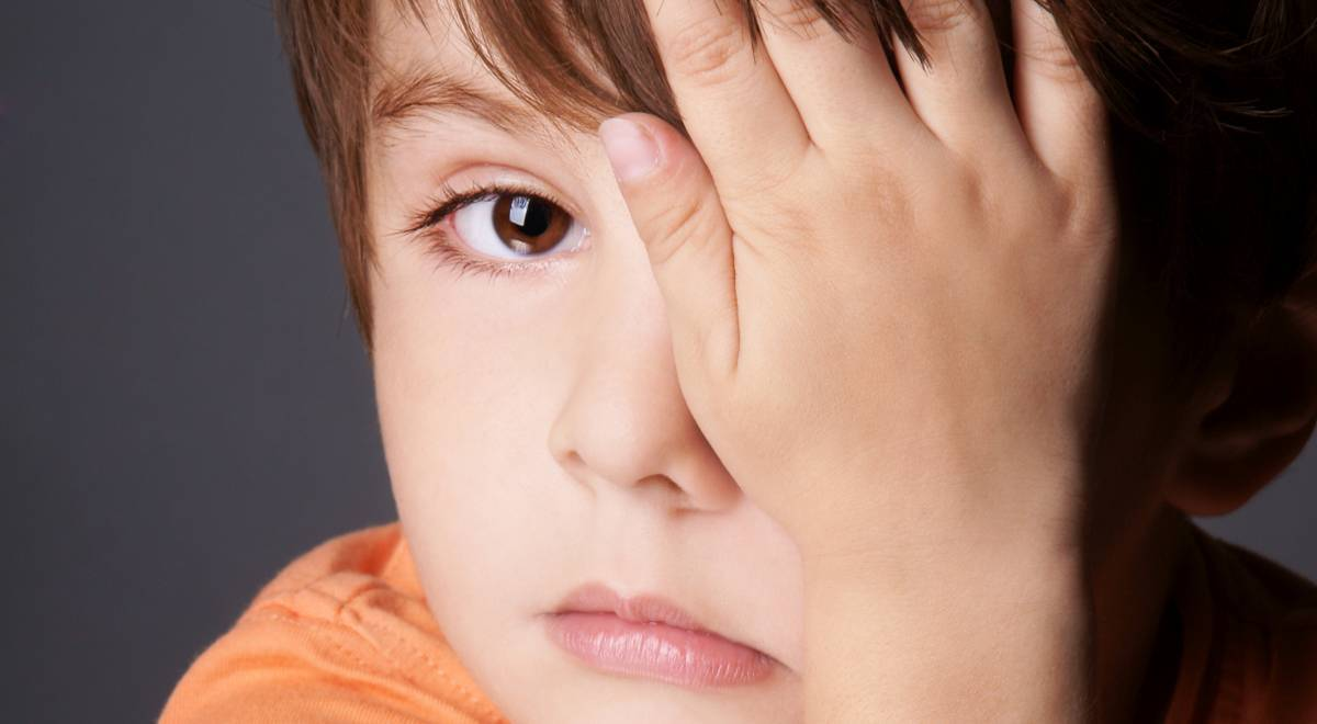 Болят глаза у ребенка при температуре - причины, что делать
