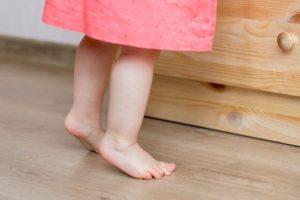 Ребенок ходит на носочках: причины, советы родителям