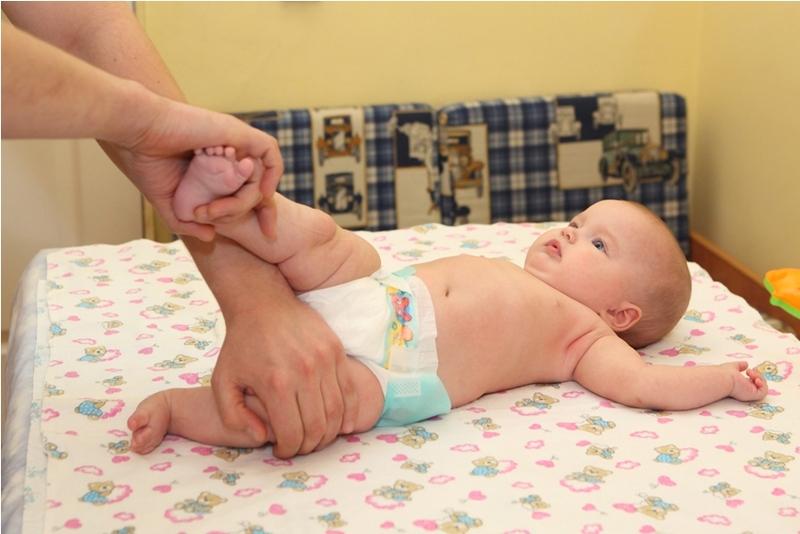Упражнения для переворачивания ребенка со спины на живот и обратно
