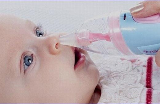 Как почистить нос новорожденному младенцу от соплей и козявок?