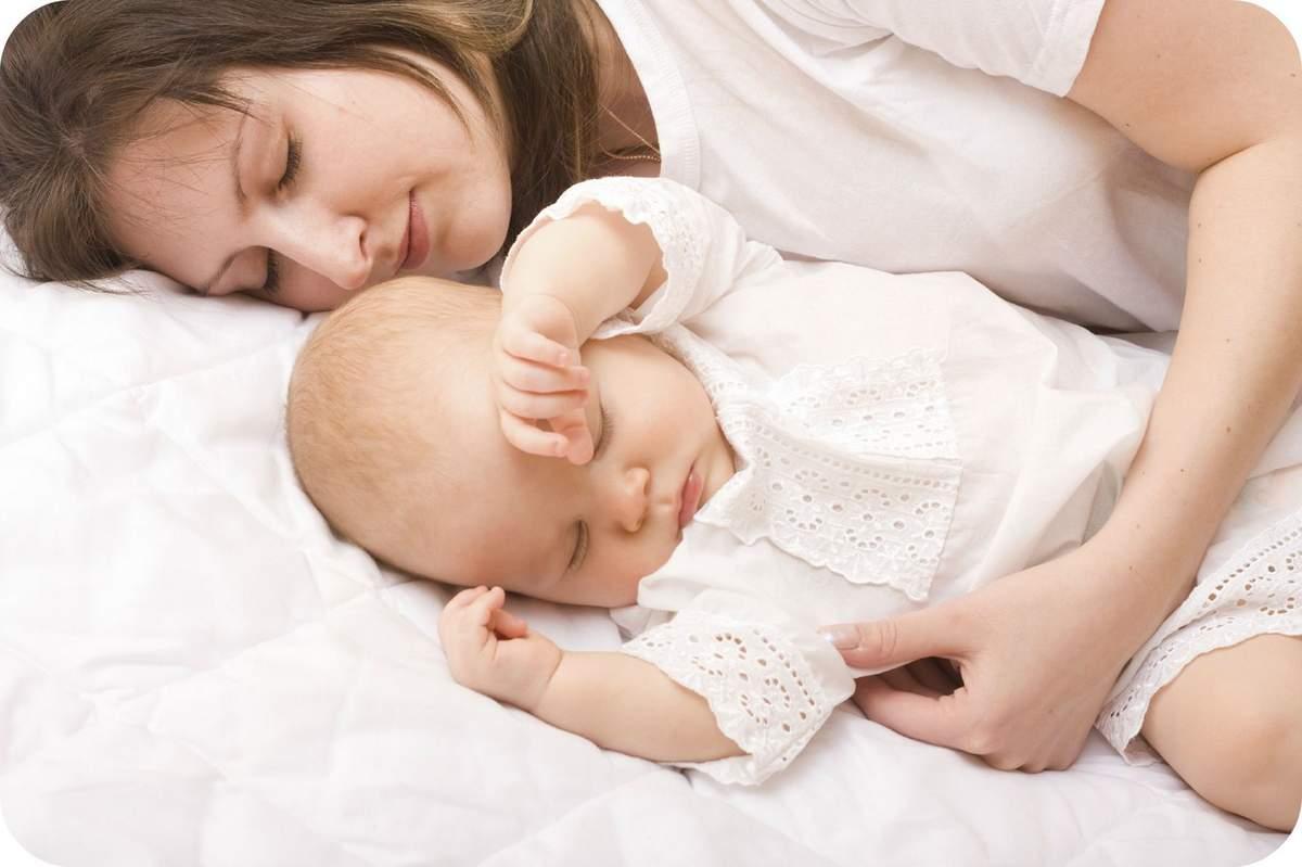 Можно ли новорожденному спать с мамой: сон вместе с родителями в одной кровати