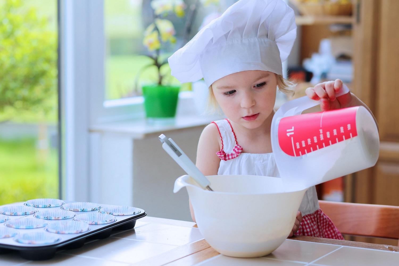 Чем занять ребенка на кухне? 20 необычных идей  развивающих игр для детей от двух лет