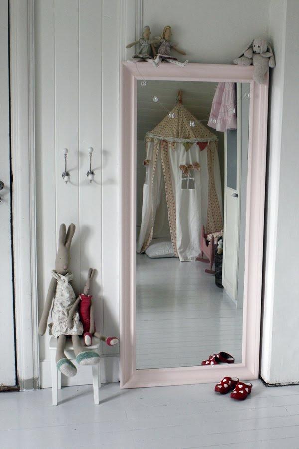 Нужно ли зеркало в детской комнате