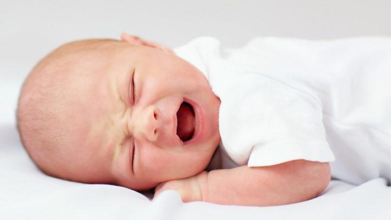 Колики у новорожденного, когда начинаются и заканчиваются: помощь доктора комаровского