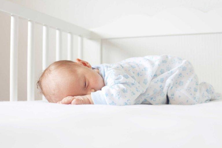 Можно ли новорожденному и грудничку спать на животе и самые безопасные позы для сна