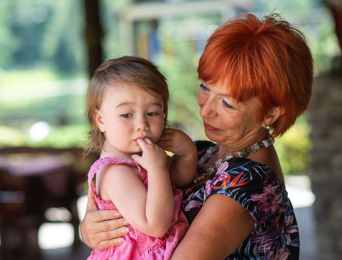 С какого возраста можно оставлять ребенка с бабушкой или няней?