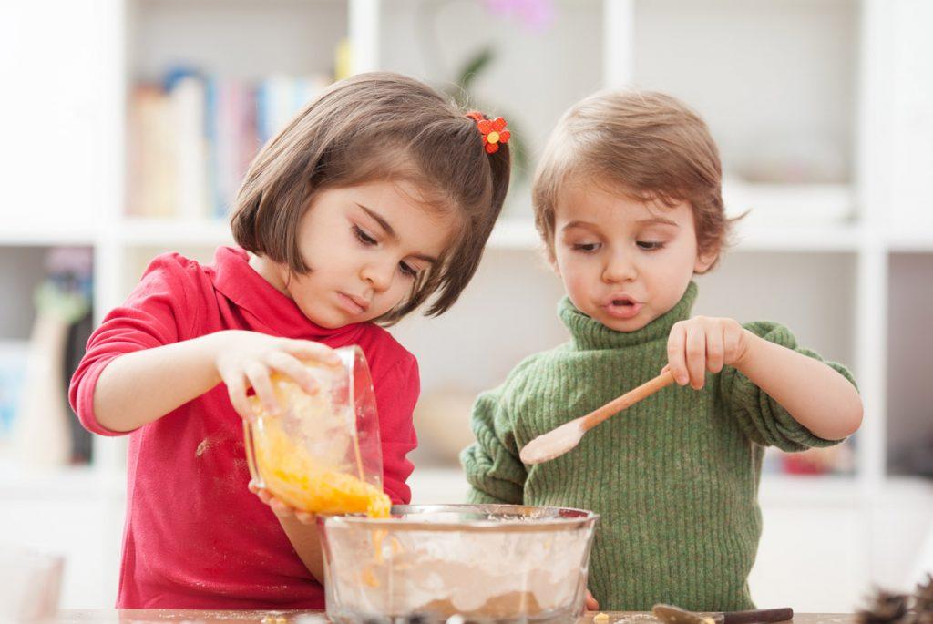 Чем занять ребенка, пока вы готовите? | lisa.ru
