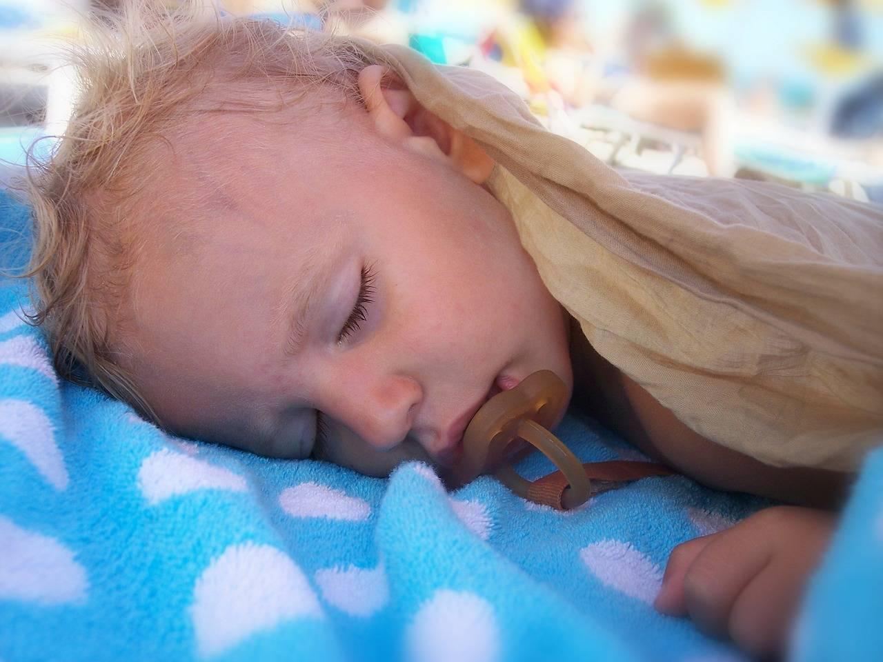 Что означает если грудничок потеет во сне