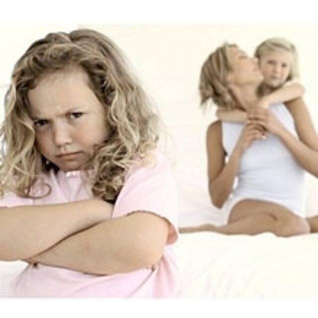 Старший ребенок ревнует к младшему: что делать?