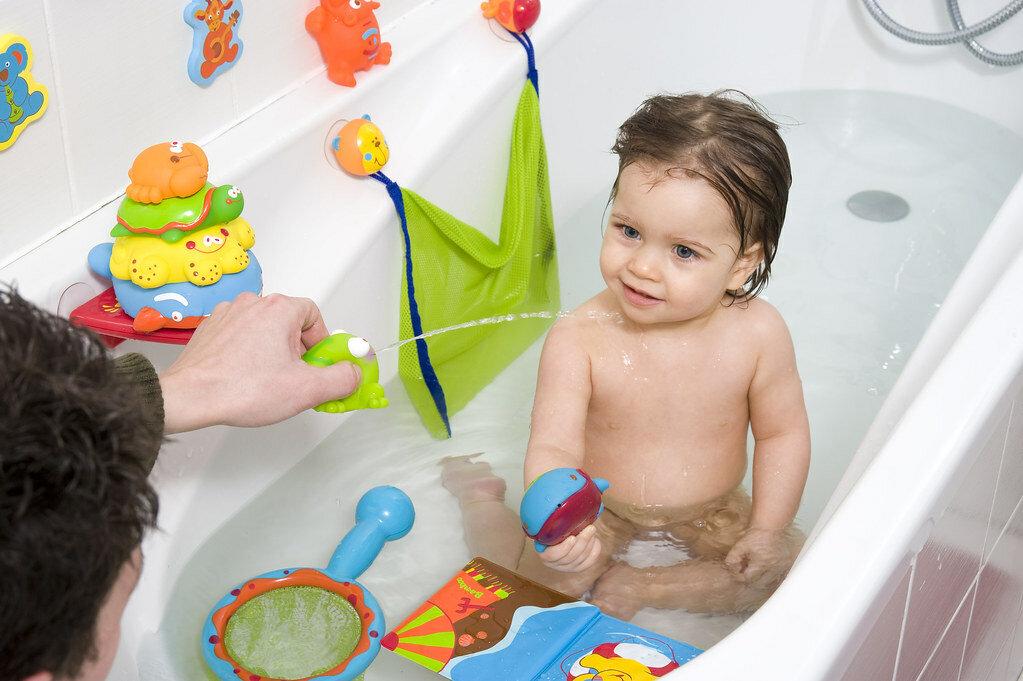 Продлим лето: 10 игр в тазике с водой для ребенка от года до 5 лет