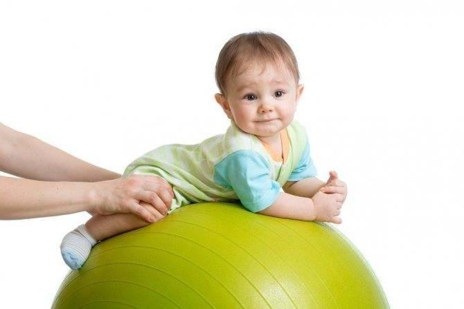 Когда и во сколько месяцев ребенок начинает ползать и сидеть?