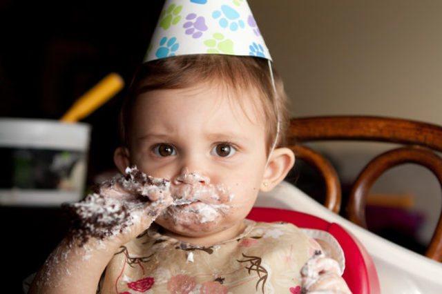 Когда детям можно начинать давать сладкое