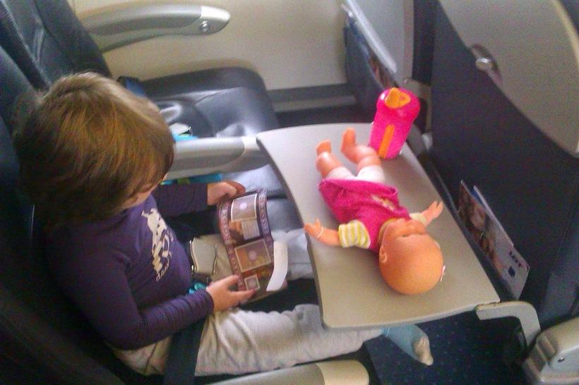 Чем занять ребенка в самолете, поезде, машине: 45 идей для игр в дороге