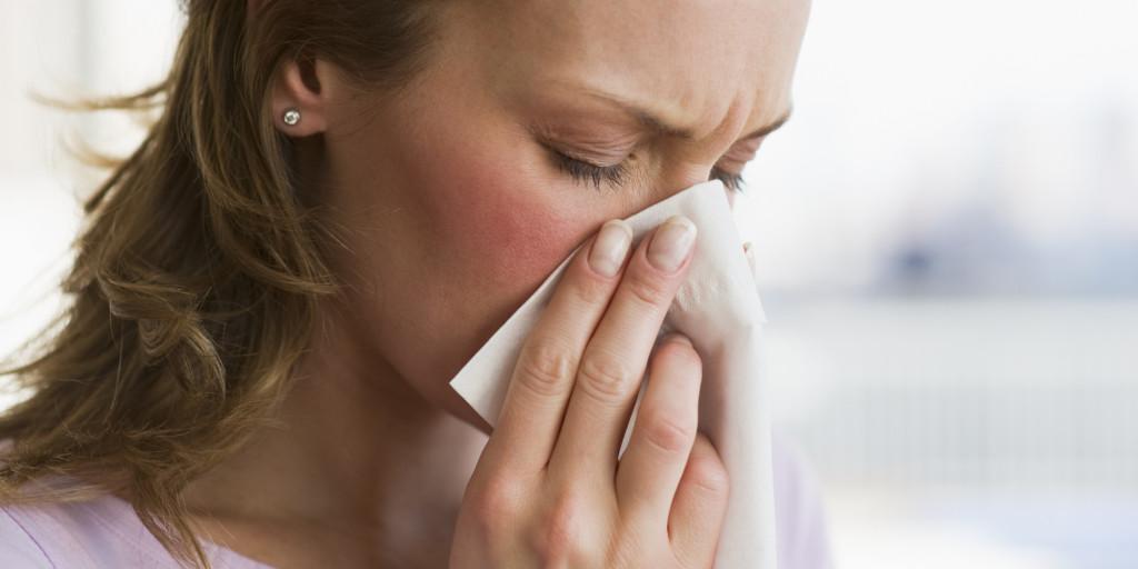 Насморк и заложенность носа при беременности: причины и способы лечения