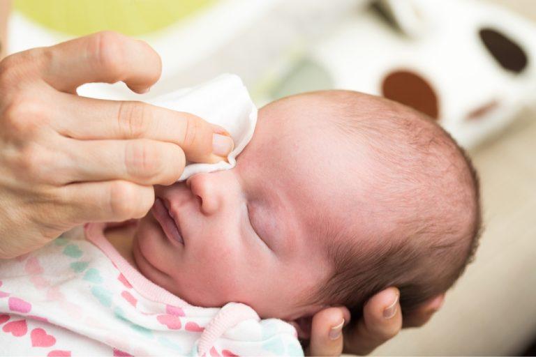 Чем протирать глазки новорожденному — основные правила ухода за глазами