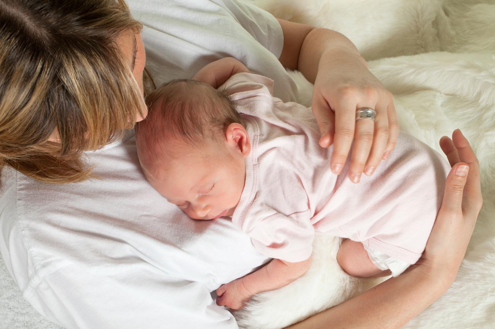 Грудничок спит с мамой. опасно или нет?