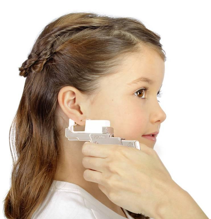 Во сколько можно прокалывать уши ребенку: когда лучше делать процедуру и как прокалывать