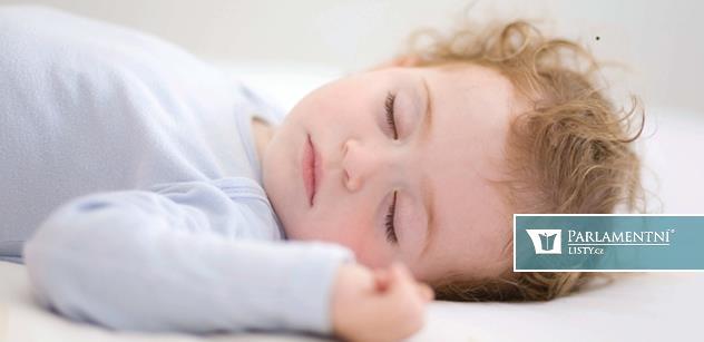 Почему новорожденный много спит: основные причины явления