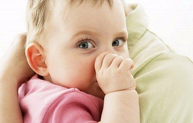 Как отучить ребёнка сосать палец: подборка советов для родителей