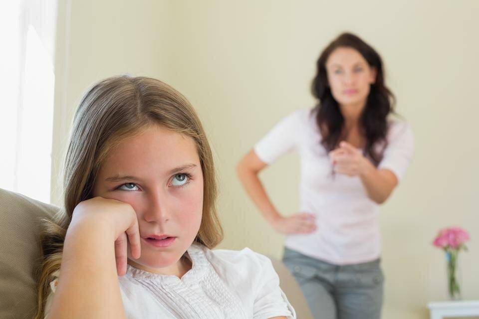 Почему подросток может быть замкнутым (и как на это реагировать)