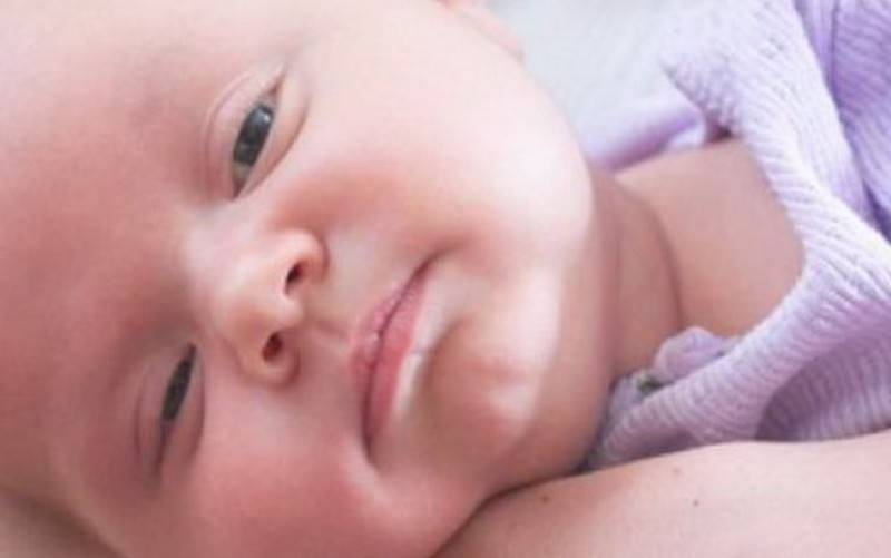 Ребенок спит с полуоткрытыми глазами
