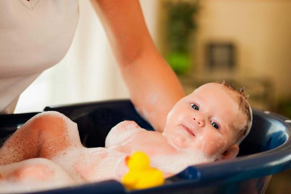 Совместное купание с грудничком: плюсы и минусы