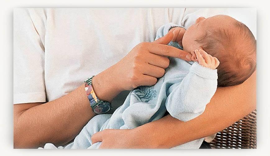 Как правильно держать новорожденного ребенка на руках