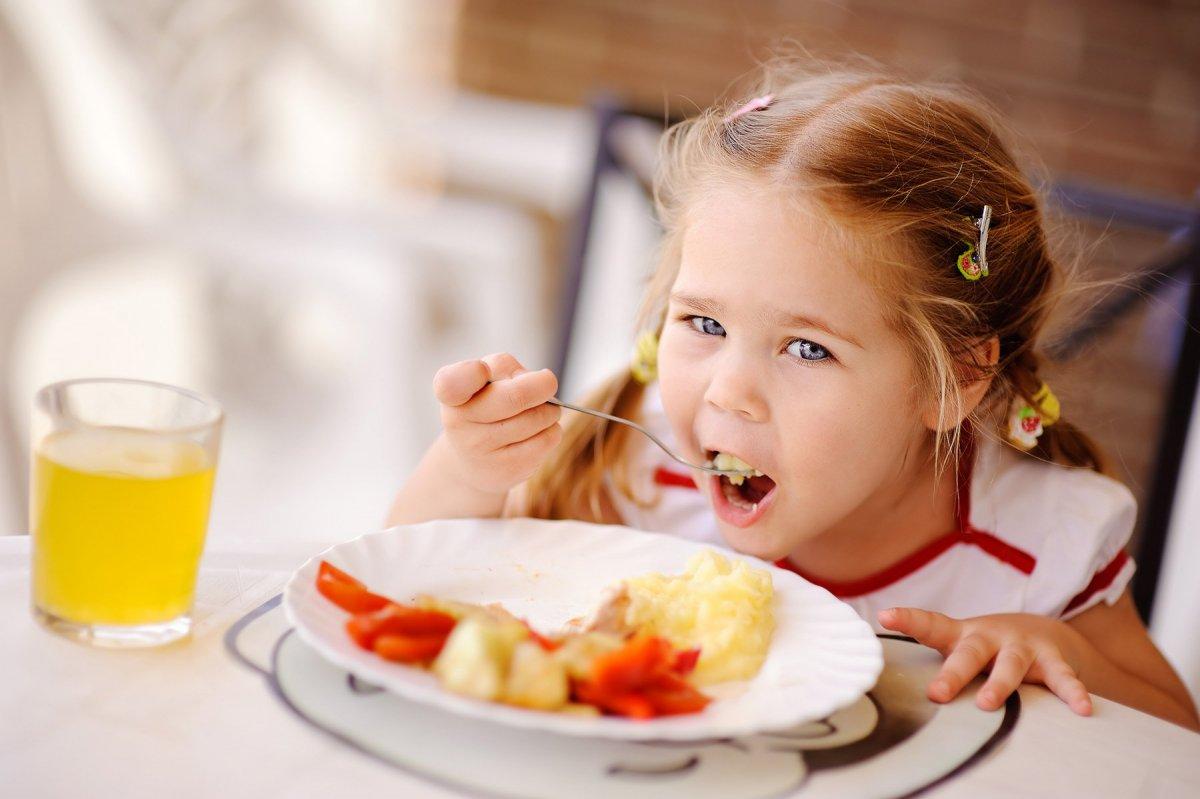 Ребенок не хочет есть прикорм (не ест кашу): отказывается есть с ложки