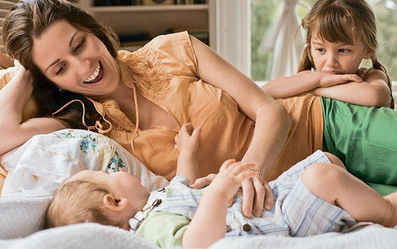 Советы психолога: ребенок ревнует маму к папе, ревность ребенка к младшему, старшего к новорожденному. что делать при ревности из-за мужчины мамы?